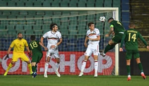 Ireland's Shane Duffy (second right) heads home the equalizer.