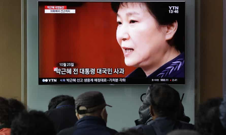 Koreans watch TV coverage of Park Geun-hye's sentence in Seoul