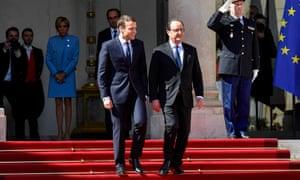 Macron,左,和Hollande在巴黎的Élysée宫。