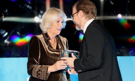 The Duchess of Cornwall presents George Saunders with the 2017 Man Booker prize for fiction.