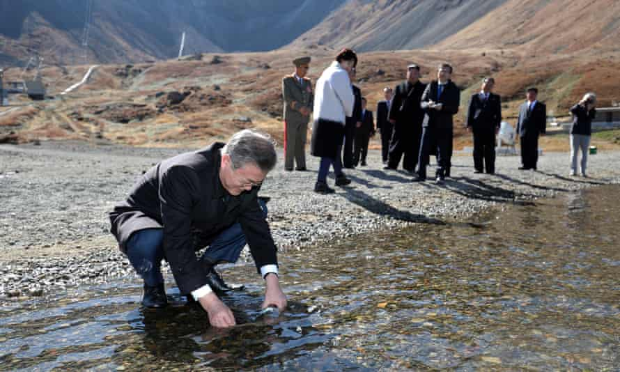 Moon Jae-in collects water from Heaven Lake on Mount Paektu during a visit with Kim Jong-un