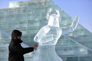 Ice Sculpture Competition, Harbin, Heilongjiang Province, China - 02 Jan 2018. A contestant carves ice sculpture during an international ice sculpture competition Ice Sculpture Competition, Harbin, Heilongjiang Province, China - 02 Jan 2018 Fourteen teams from home and abroad participated in the contest.