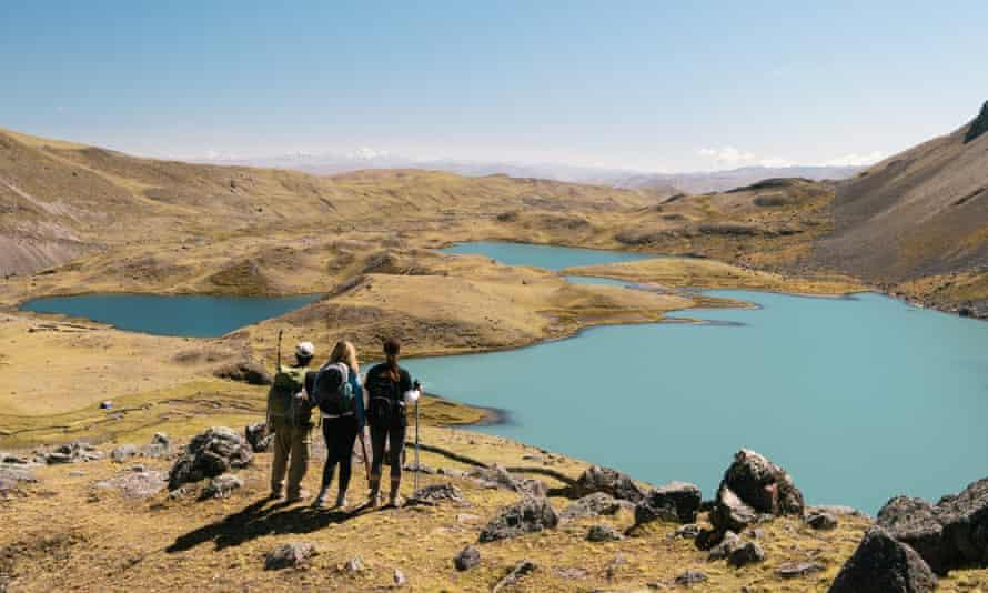 Hikers looking at lake, Ausangate, Willkanuta mountain range, Andes, Peru