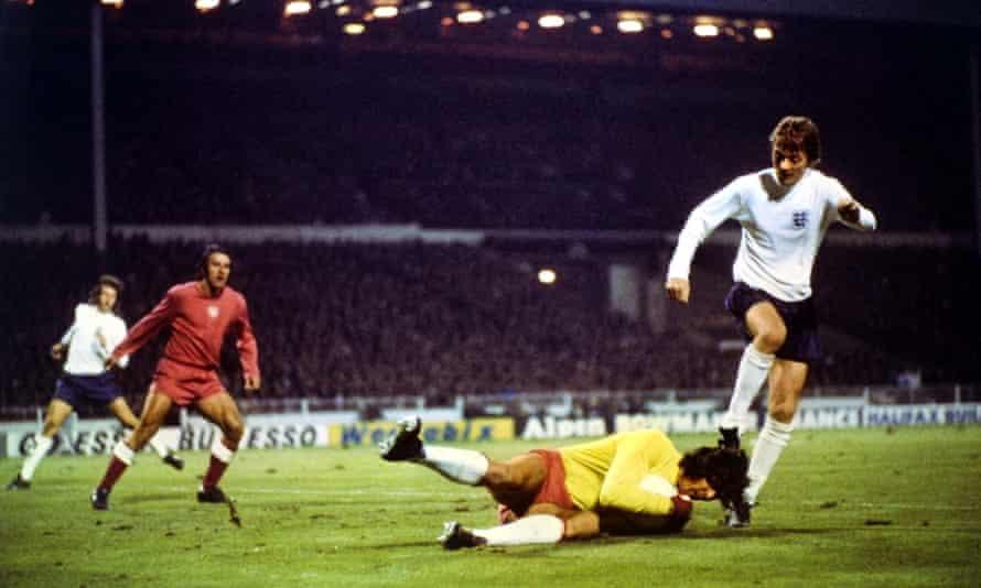 یان توماسفسکی دروازه بان لهستان در ومبلی در سال 1973 آلن کلارک از انگلیس را رد کرد.