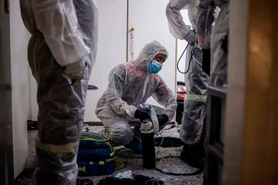 Los paramédicos evalúan el caso de un paciente con COVID-19 en Linasia, Johannesburgo.
