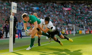 Tommy Bowe beats the tackle from Ionut Botezatu to score his 1st try.
