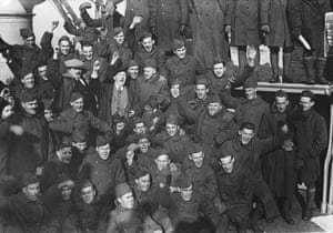 American pilots with Harry Lauder in their midst, as they return home from the war on the SS Mauretania, New York, 2 December 1918.