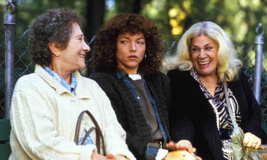 Amy Irving (centre) in Crossing Delancey, with Ruby Payne, left and Sylvia Miles.