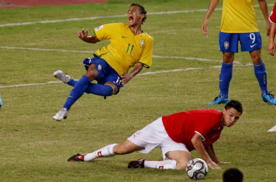 Neymar takes to the sky in 2009 after a challenge by Switzerland's Frédéric Veseli.