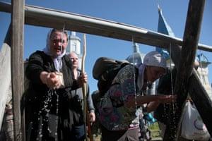 Pilgrims have a break in the village of Gorokhovo