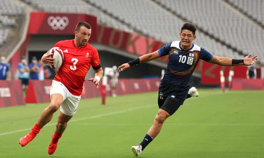 Alex Davis of Team GB scores a try against Japan in their Pool B match at Tokyo 2020