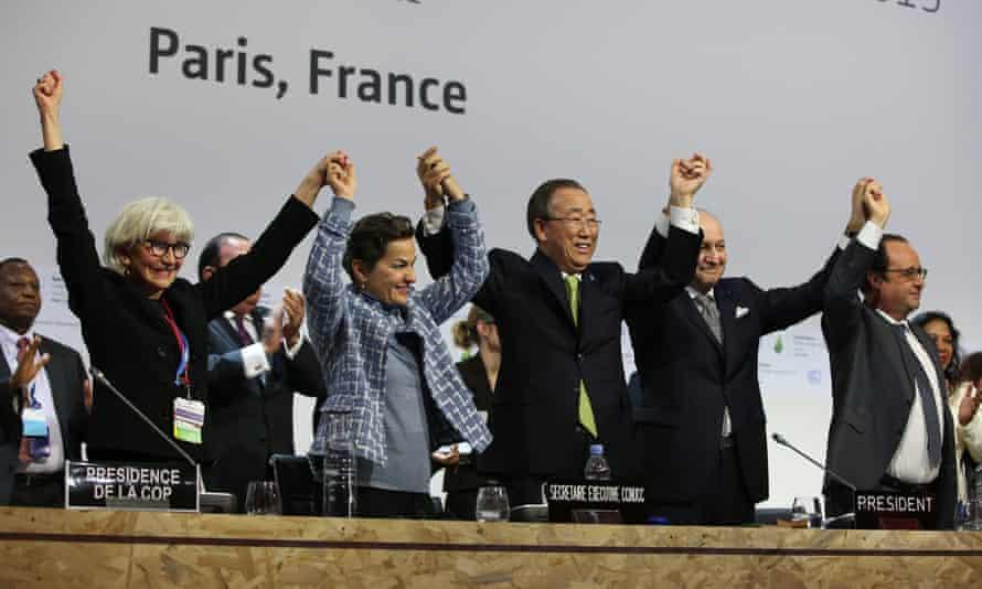 Laurence Tubiana, Christiana Figueres, Ban Ki-moon, Laurent Fabius and François Hollande celebrate the adoption of the Paris Agreement