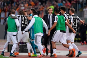 Allegri and his players after the draw in Rome.