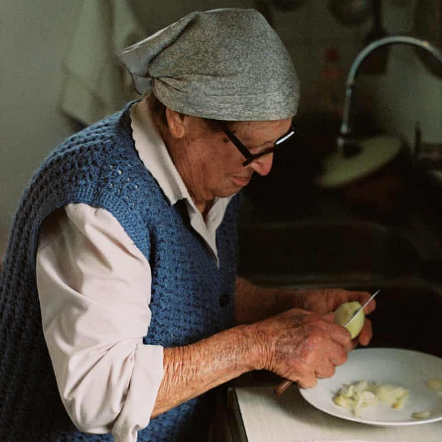 Eulalia خرد کردن پیاز برای sofrit pagès ، یک خورشت معمولی Ibicencan.
