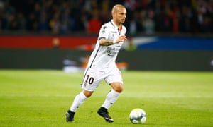 Wesley Sneijder in action for Nice against Paris Saint-Germain.