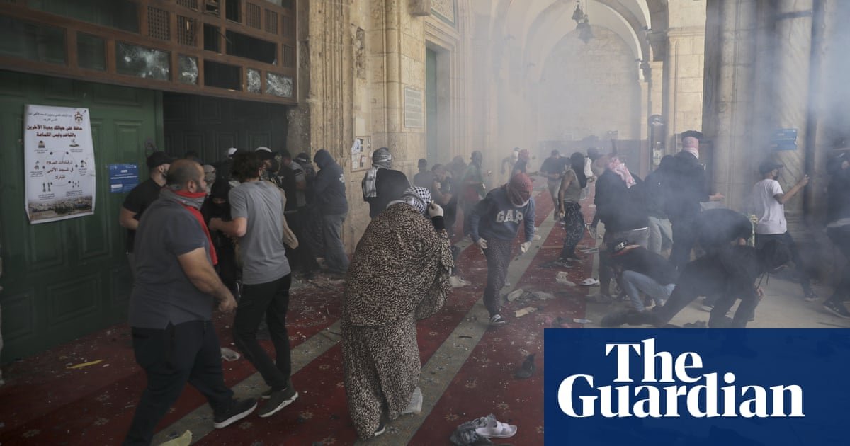 Jerusalem: hundreds injured as violence at al-Aqsa mosque sparks heightened tensions – video