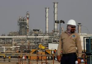 FILE PHOTO: An employee looks on at a Saudi Aramco oil facility in Abqaiq, Saudi Arabia October 12, 2019. REUTERS/Maxim Shemetov/File Photo