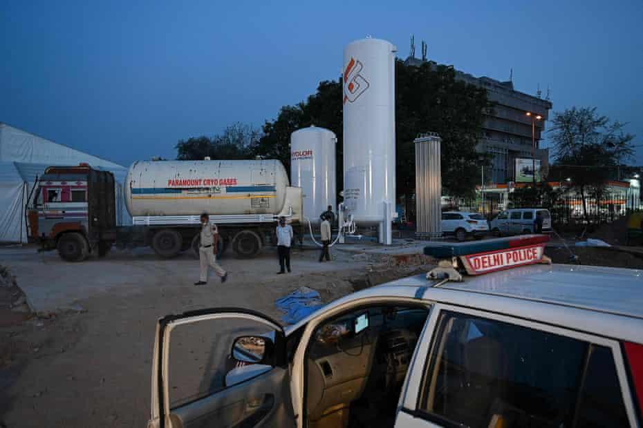 Llenado de tanques de oxígeno recién instalados en Ramlila Land en Nueva Delhi, India