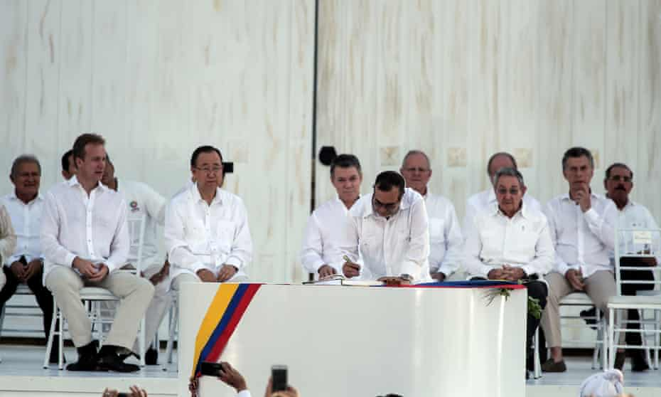 Timoleón Jiménez signs the final peace agreement between the Colombian government and the Farc in Cartagena on 26 Sept.