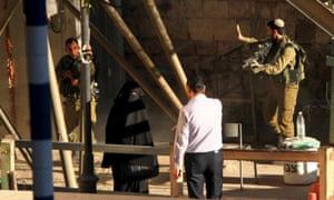Israeli soldiers aim their rifles at Hashlamon.