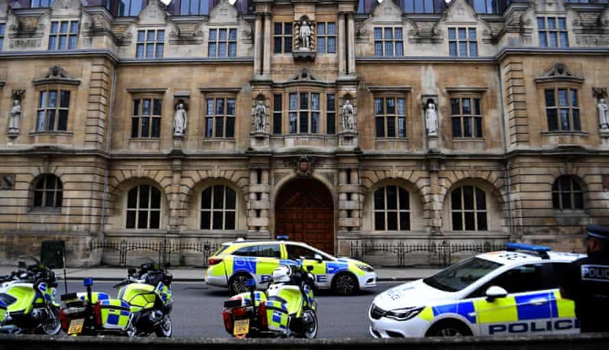 Poliția stă de pază în fața statuii lui Cecil Rhodes de pe fațada Colegiului Oriel din Oxford, 12 iunie.