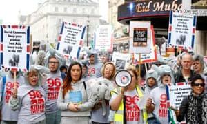 2016年3月,Maria Mossman在伦敦领导大象和犀牛的全球游行。