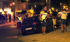 Officers inspect a car close to Paseo Maritimo in Cambrils .