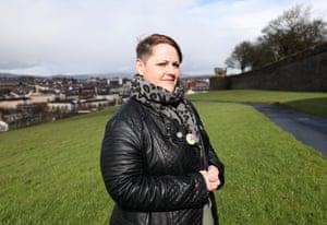 Sara Canning (compañera de la periodista asesinada Lyra McKee) fotografiada para el Observer New Review en marzo de 2020 en Derry, Irlanda del Norte. Está en las murallas de la ciudad de Derry con Creggan y Bogside detrás, marzo de 2020.