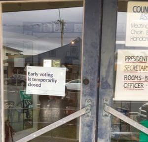 sign on door an early voting centre in Narooma saying it's temporarily closed