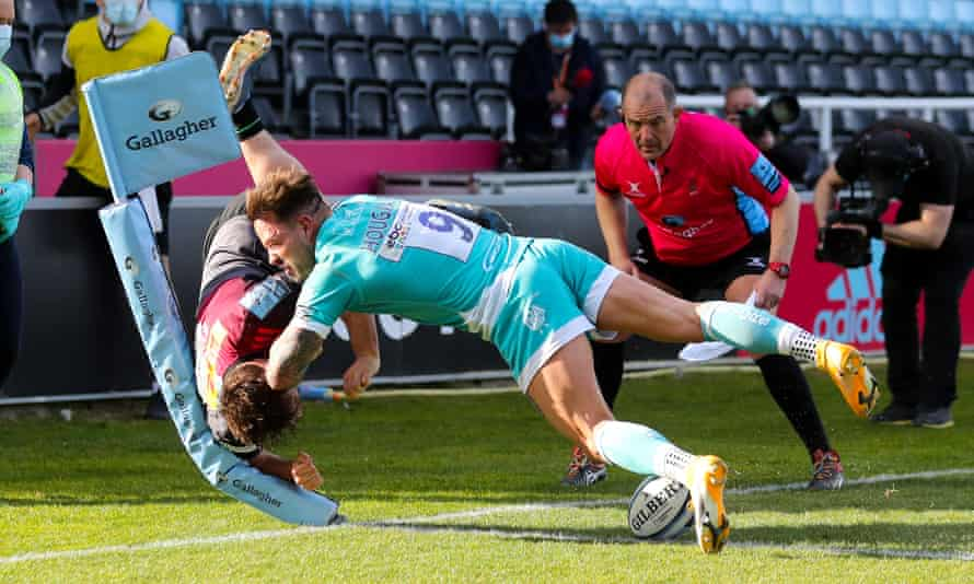 Will Evans scores an acrobatic try for Harlequins in their demolition of Worcester.