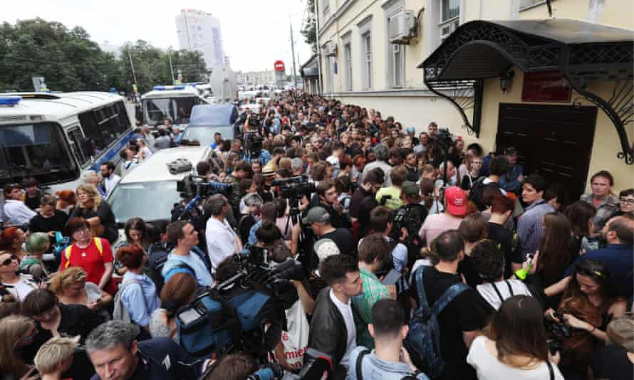 Crowds gather outside Moscow's Basmanny court ahead of a hearing into Kirill Serebrennikov's case.