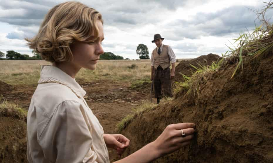 Carey Mulligan as Edith Pretty and Ralph Fiennes as Basil Brown, in the new film.
