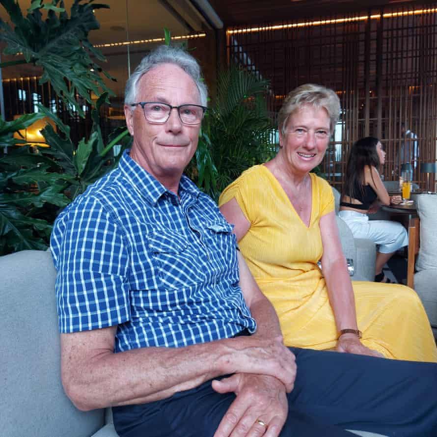 Ο Chris Sampson, συνταξιούχος GP από το East Sussex, με τη σύζυγό του Sue, στο Four Seasons Hotel στη Λεμεσό.