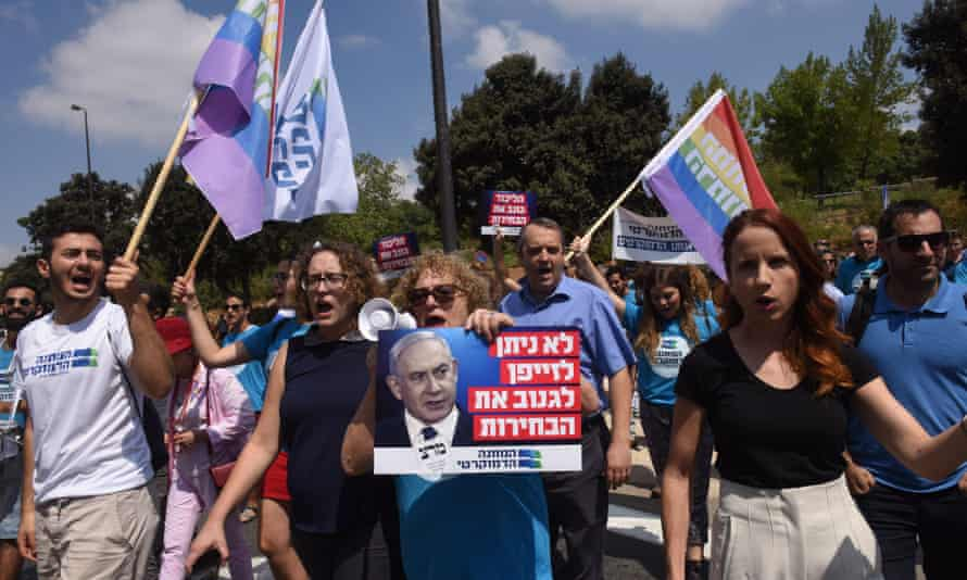 """Democratic Union supporters protest against Netanyahu outside the Knesset: """"We won't allow the forger to steal the election."""""""