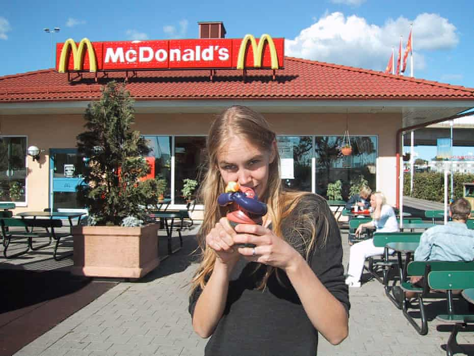 A picture of Rova outside McDonald's from the Älskling series