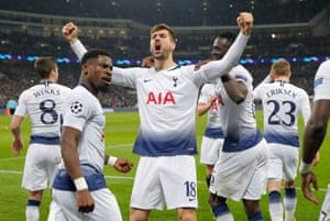 Fernando Llorente celebrates with his teammates after scoring the third Spurs goal