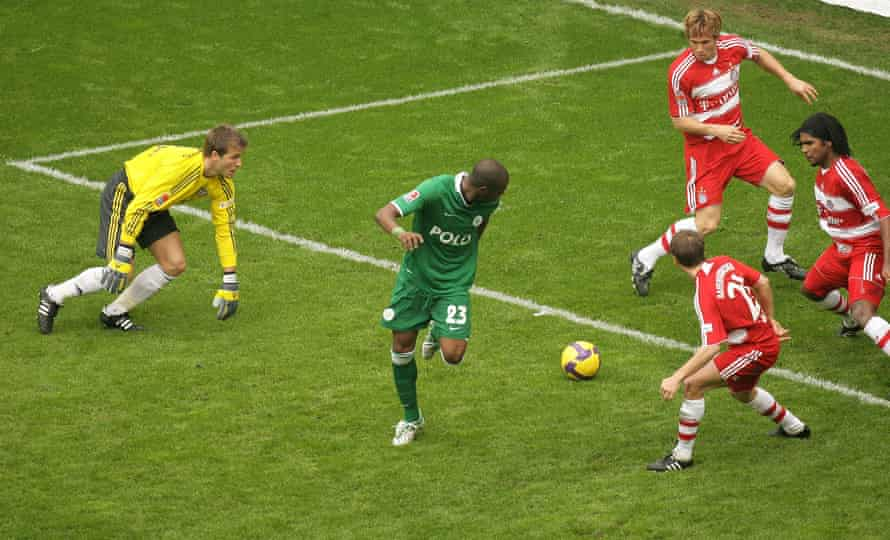 Grafite backheels the final goal of Wolfburg's 5-1 trouncing of Bayern in April 2009.