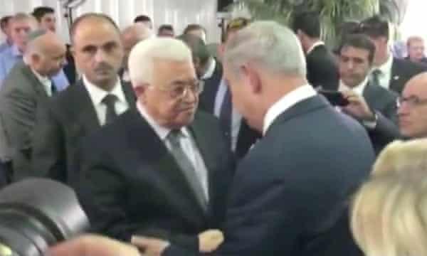 Mahmoud Abbas and Benjamin Netanyahu shake hands