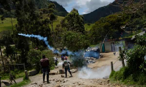 Kokonuko men hurl back tear gas canisters