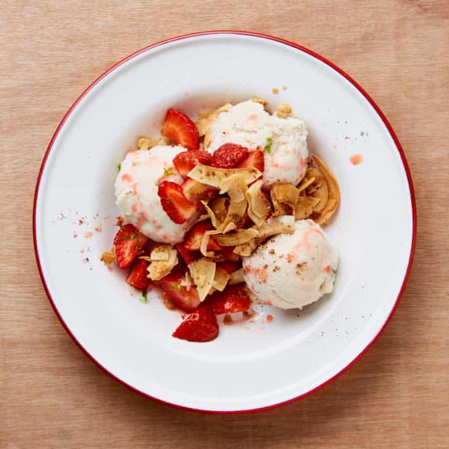 Coconut ice-cream with strawberries and crisp coconut