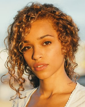 Izzy Bizu Press portrait