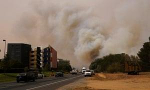 Pialligo bushfire continues to burn close to Canberra airport.