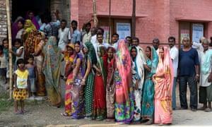 Indian voters queue to cast their ballots in Samstipur district in 2015