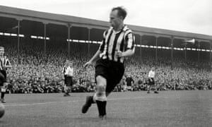 Ivor Broadis playing for Newcastle United against Preston in 1954.