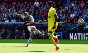 Emiliano Buendia segna il gol del pareggio per l'Aston Villa.