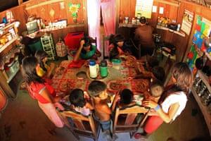Araweté eating in a ribeirinho's house.