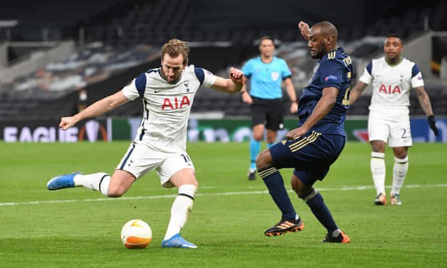 Harry Kane scores the second goal for Tottenham.