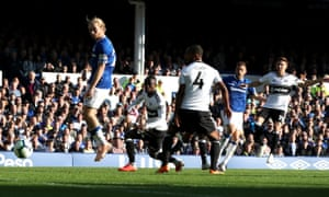 Gylfi Sigurdsson (second right) scores his side's first goal at Goodison Park.