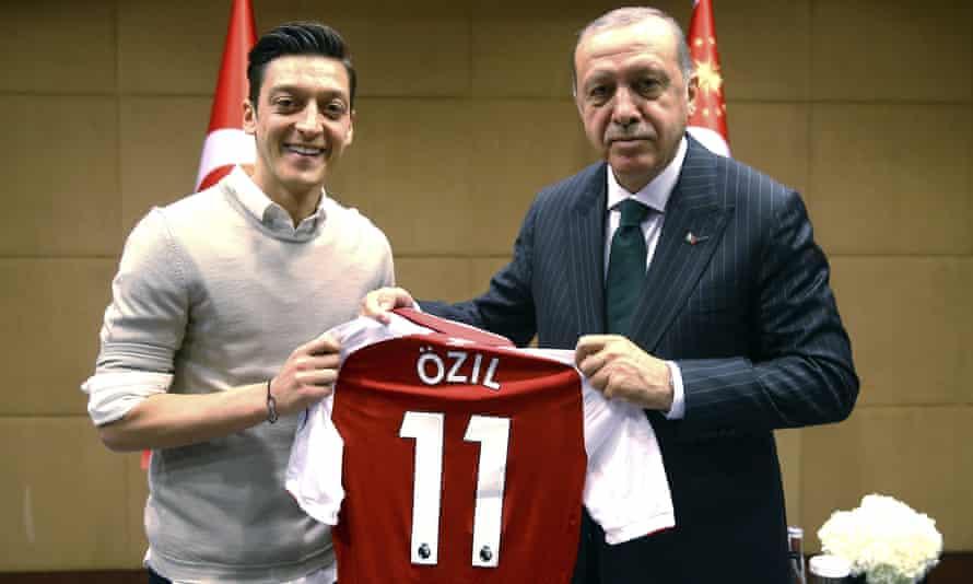 Mesut Özil handing Arsenal shirt President Erdoğan