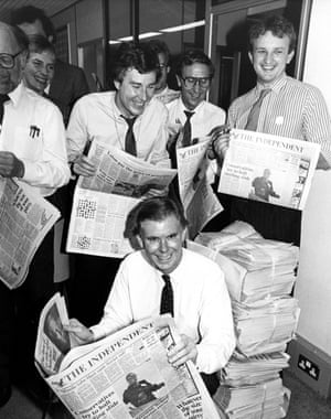 Andreas Whittam Smith (kneeling) celebrates the launch of the Independent newspaper in October 1986